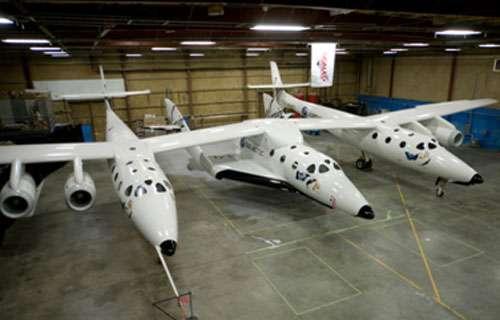 L'avion suborbital SpaceShipTwo (SS2) est ci présenté avec son avion porteur, le WhiteKgnightTwo (WK2). © Virgin Galactic