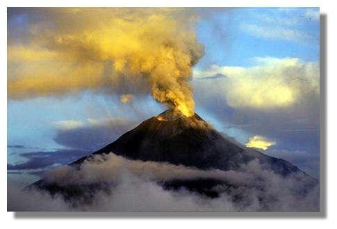 Panache chargé en cendres du volcan Tungurahua en Equateur, le 17 novembre 1999 © IRD/Michel Monzier
