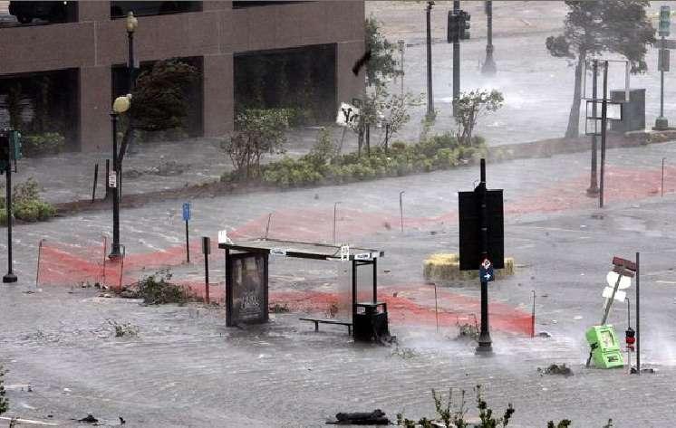 Abri de bus inondé à la Nouvelle-Orléans