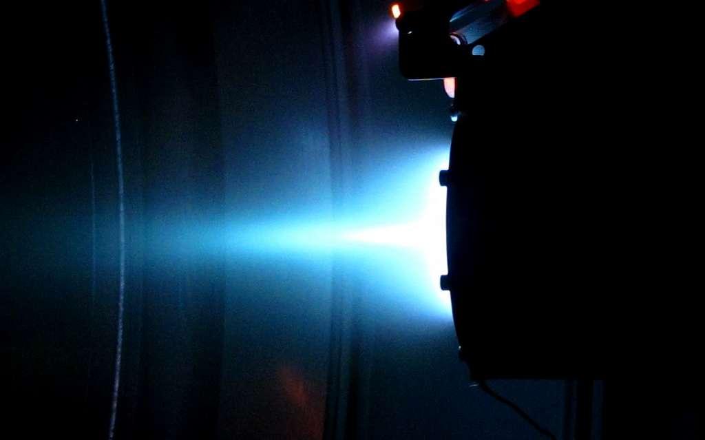 Dans un moteur ionique, le gaz ionisé est transformé en plasma pour produire une accélération de plusieurs centaines de kilomètres par seconde. © IFPiLM