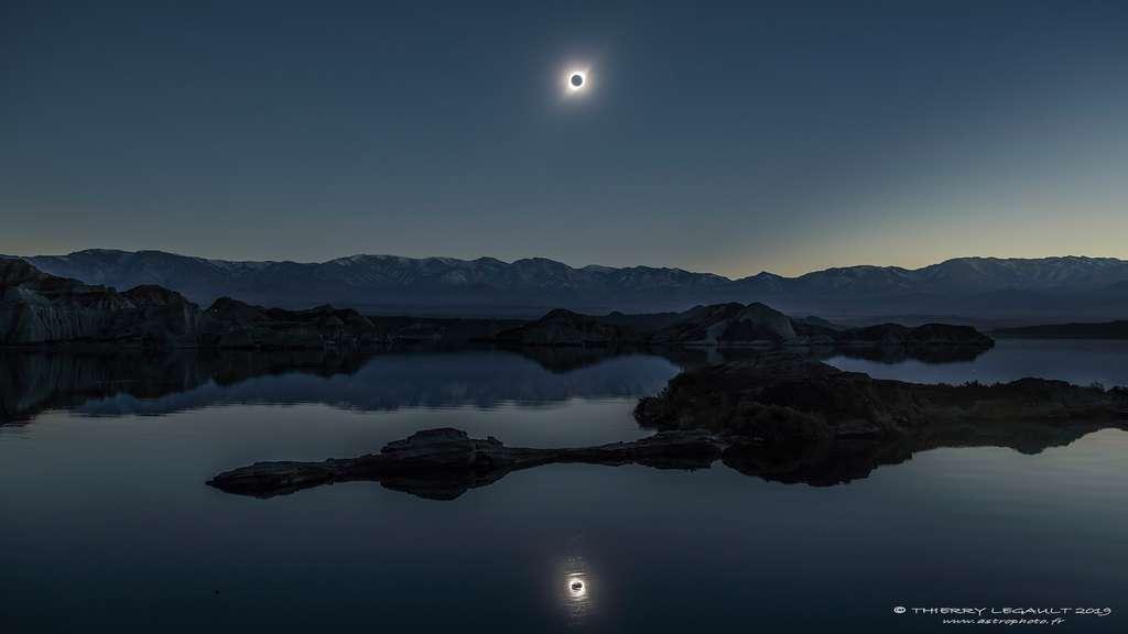Thierry Legault a saisi l'éclipse solaire et son reflet dans le lac de La Cuesta Del Viento, en Argentine. À l'horizon, sous la lumière diaphane du Soleil dévoré par la Lune, la cordillère des Andes. © Thierry Legault