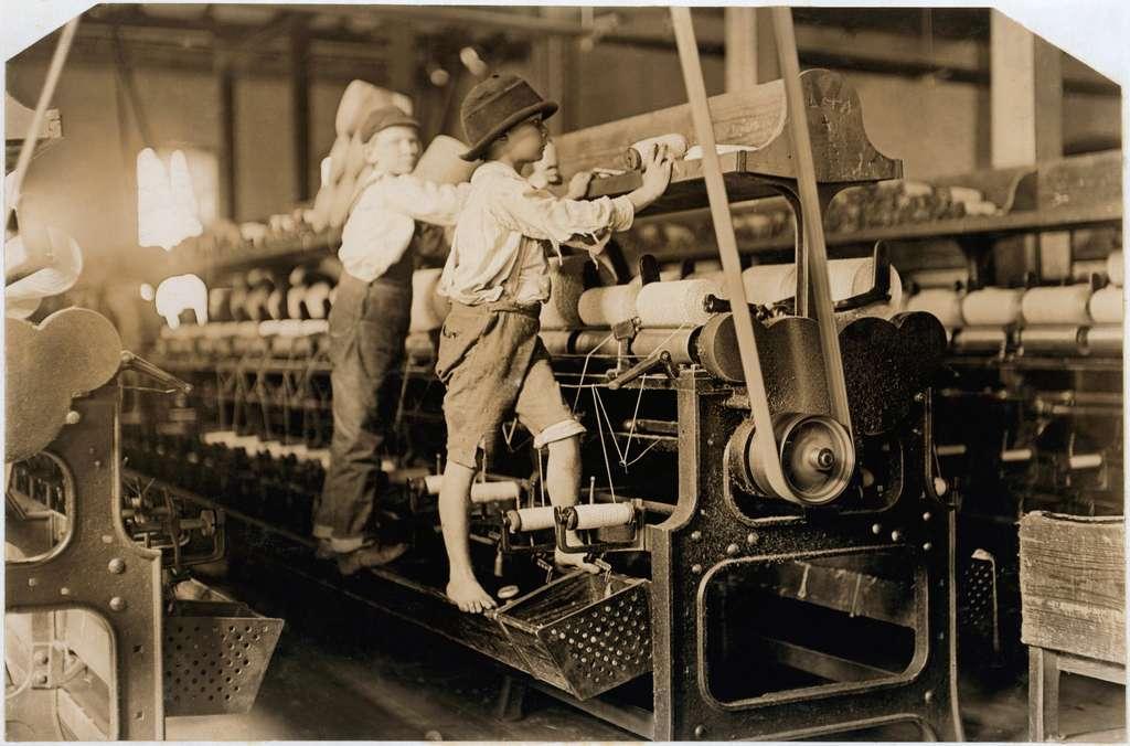 Enfants travaillant dans une filature, Macon, Géorgie, USA ; photo Lewis Hine, 1909. © Wikimedia Commons, domaine public.