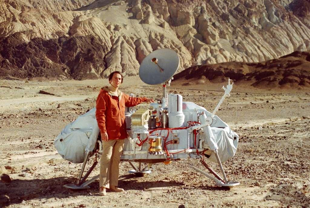 Carl Sagan pose à côté d'un modèle de l'atterrisseur Viking, non pas sur Mars mais dans la Vallée de la Mort. © Nasa