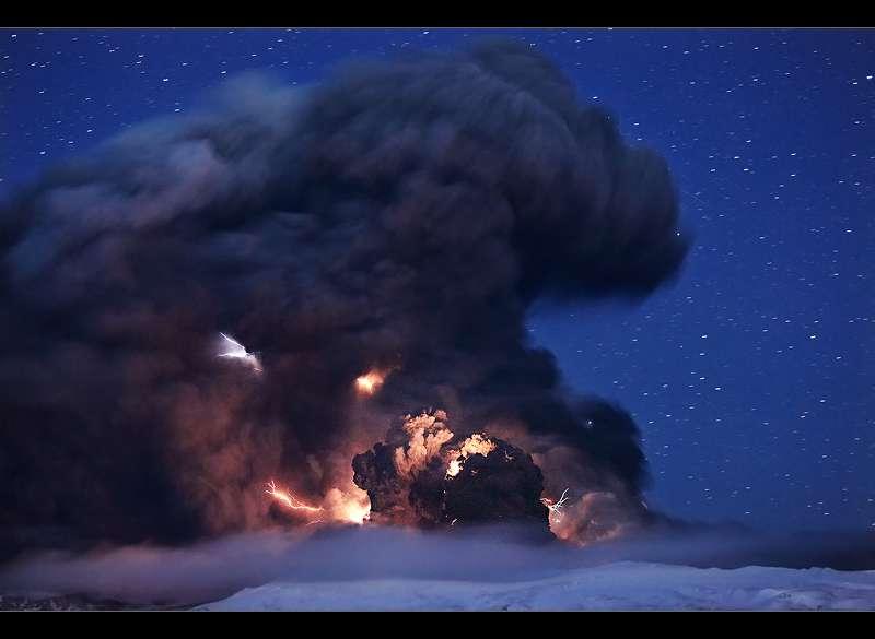 Eruption de l' Eyjafjallajökull : cendres et éclairs de nuit