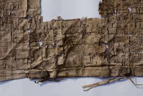 Papyrus arabe (IXe siècle après J.C.). © Photos Christian Décamps / Mission archéologique du Louvre à Saqqara