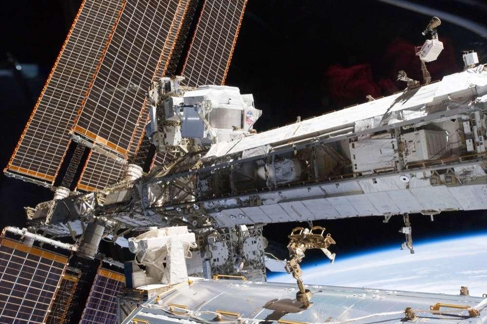 Une vue d'AMS-02 (devant les panneaux solaires, en haut) juste après son installation sur l'ISS. Il chasse la matière noire depuis 18 mois et devrait le faire pendant des années. © Nasa