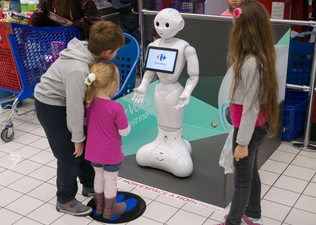 Depuis fin 2015, le robot Pepper est présent en France, dans l'hypermarché Carrefour d'Écully, en Rhône-Alpes, où il joue les animateurs. © Aldebaran