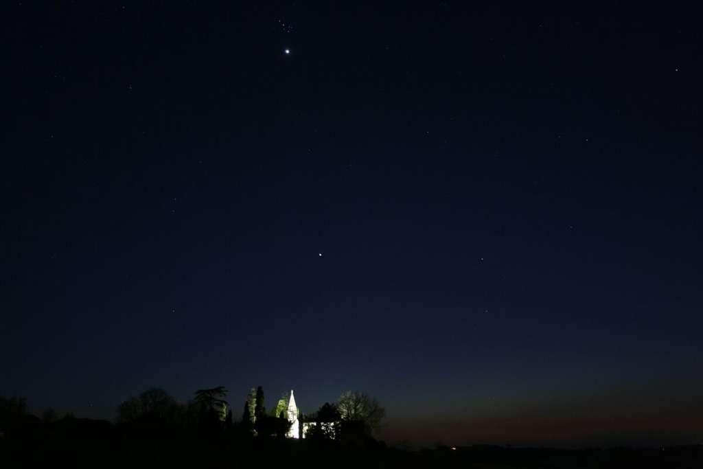 1er avril : l'église de Marmont-Pachas dans le Lot-et-Garonne est surplombée par Jupiter et Vénus se rapprochant de Messier 45. © Emmanuel Laffont
