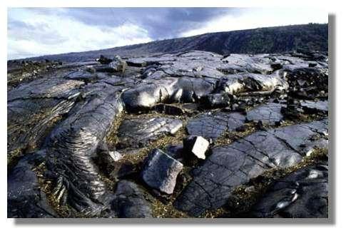 Coulée de lave lisse solidifiée au contact de l'air, échappée des flancs du volcan Kilauea, Grande île de Hawaii © IRD/Benoît Antheaume