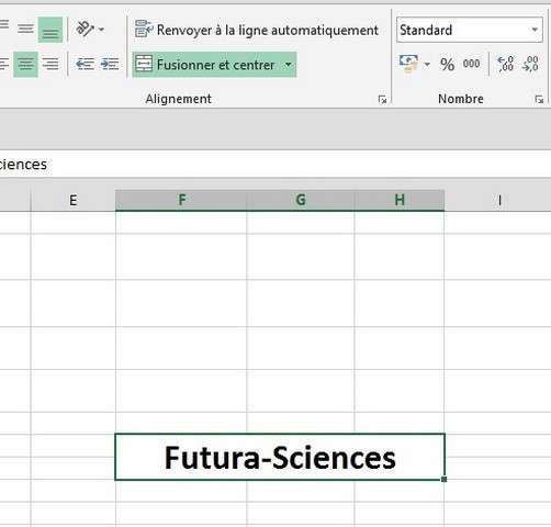 Pour fractionner une cellule fusionnée, il faut cliquer sur le bouton Fusionner et centrer, que l'on voit ici sélectionné en vert. © Futura