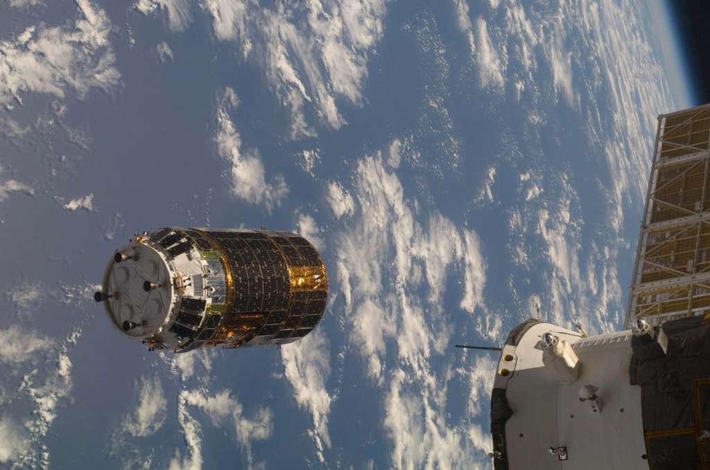 Le premier cargo spatial japonais HTV évoluant en vol libre avant sa capture par le Canadarm2 en septembre 2009. © Nasa
