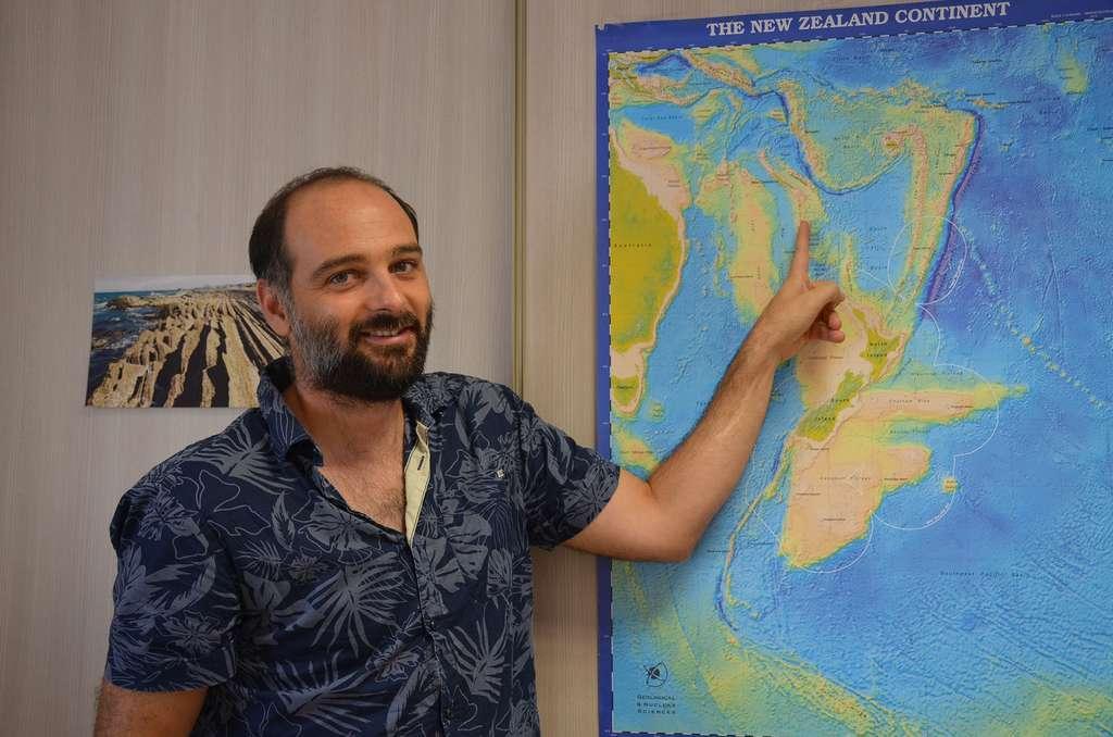 Julien Collot devant une carte de Zealandia. © Gouvernement de la Nouvelle-Calédonie