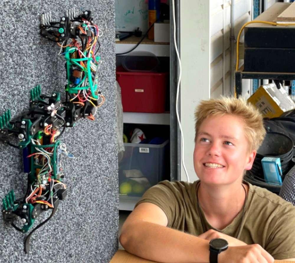 Le robot lézard développé par l'université Sunshine Coast en Australie est capable de ramper le long des murs jusqu'au plafond. © USC