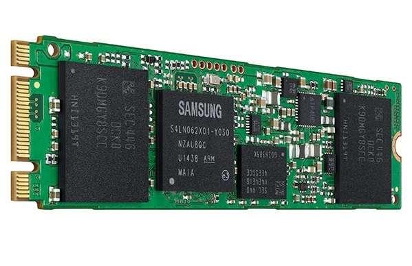 L'avantage du SSD, c'est qu'il est possible de passer outre les formats classiques des disques durs traditionnels. Dans cet exemple, plutôt que d'embarquer un disque SSD dans un boîtier de 2,5 pouces pour ordinateur portable, Samsung propose un format plus étroit baptisé « M.2 ». Il est souvent utilisé dans les ordinateurs de type ultrabook, très fins. © Samsung