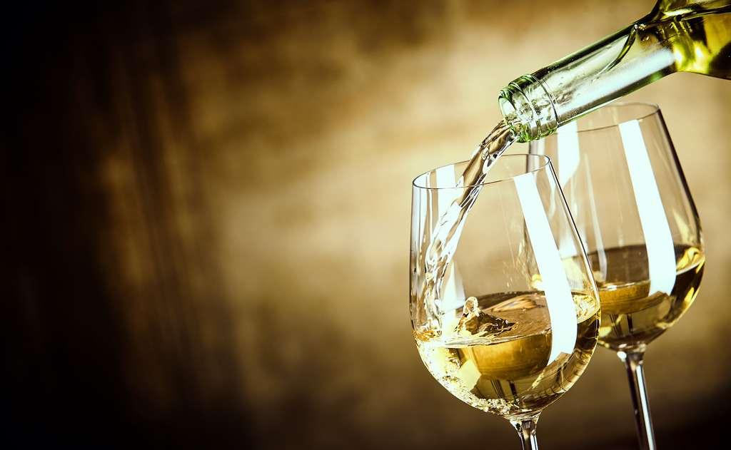 Les sulfites se retrouvent aussi dans la fabrication de certains matériaux d'emballage comme la cellophane. Mais on les connait essentiellement pour leur présence dans le vin. © exclusive-design, Adobe Stock