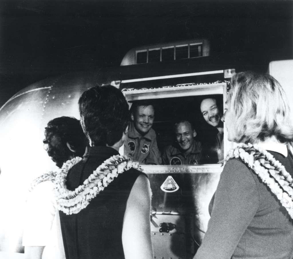 À leur retour sur Terre, les astronautes d'Apollo 11 sont passés par une quarantaine de 21 jours. Michael Collins, ici à droite de la fenêtre, et son épouse, Pat Collins, à gauche. © Nasa