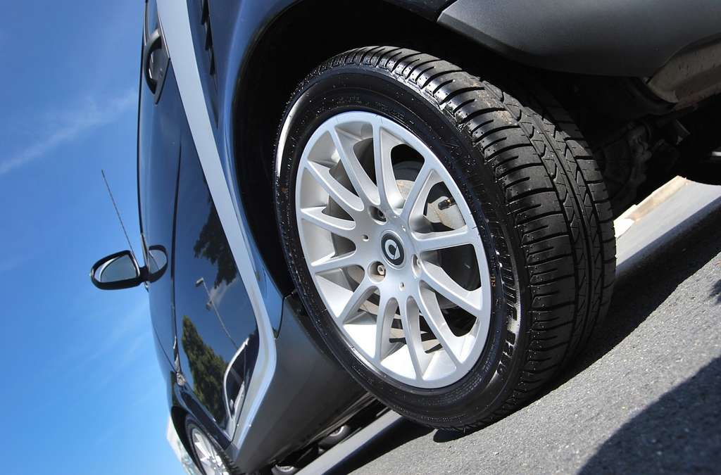 Près de la moitié des émissions de particules fines proviendrait de l'abrasion des roues, du revêtement routier ou des freins. Ainsi, les voitures électriques émettent aussi leur part de particules fines. Même si frein moteur et système de récupération d'énergie limitent les pertes. Selon l'Ademe, à partir de 50.000 km parcourus, une voiture électrique devient globalement moins polluante qu'une voiture thermique. © PublicDomainPictures, Pixabay, CC0 Creative Commons