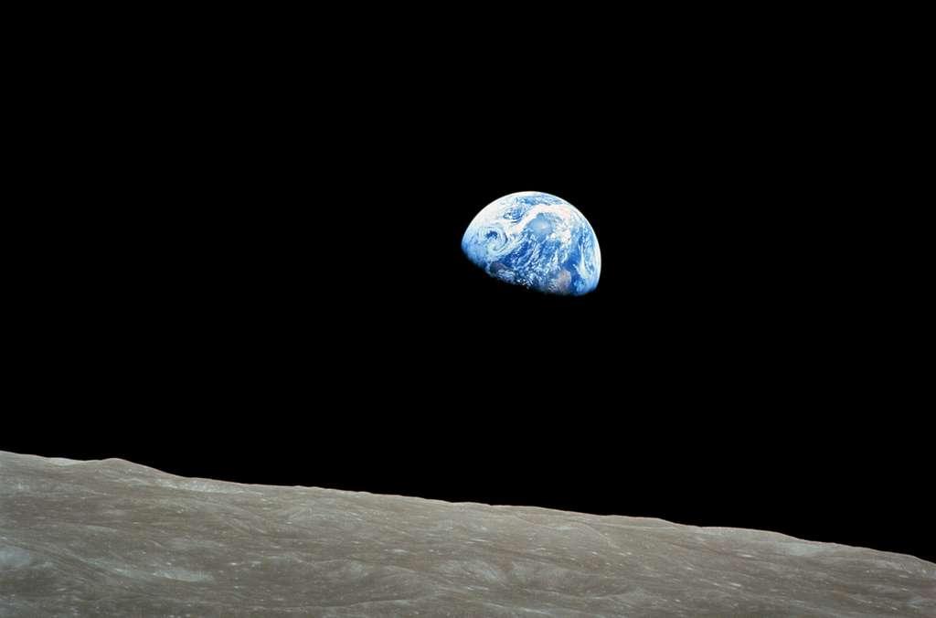 « Lever de terre » sur la lune. Photo prise le 24 décembre 1968 par Bill Anders, et montrant la terre semblant se lever derrière l'horizon lunaire. Ce phénomène n'est visible que par quelqu'un en orbite autour de l'astre. À cause de la rotation synchrone de la Lune, qui montre toujours la même face vers la Terre, on ne voit pas la Terre se lever ou se coucher depuis la surface de la Lune. © Wikipédia, Nasa