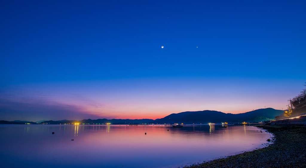 Lune et Vénus au crépuscule. © yoshida hirofumi, Adobe Stock