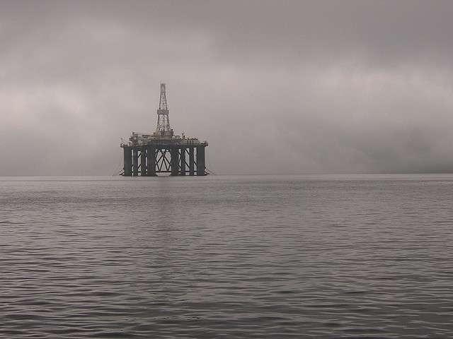 Une plateforme pétrolière à nouveau en cause dans une marée noire. © A3X, Flickr CC