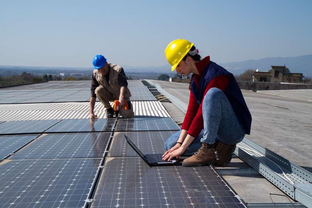 Des métiers sur le terrain, ici, l'installation d'une centrale photovoltaïque. © Franco Lucato, Adobe Stock