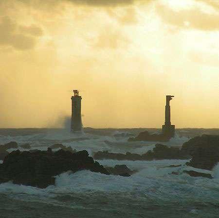 Le phare de Nividic, à l'île d'Ouessant, est situé sur la limite de partage des eaux entre la Manche et la mer d'Iroise dans l'océan Atlantique, une des zones avec le plus fort trafic de navigation dans le monde et l'une des plus dangereuses. © Samuel Lamotte d'Incamps, Wikipédia, licence Creative Commons Paternité, partage des conditions initiales à l'identique 2.0 France