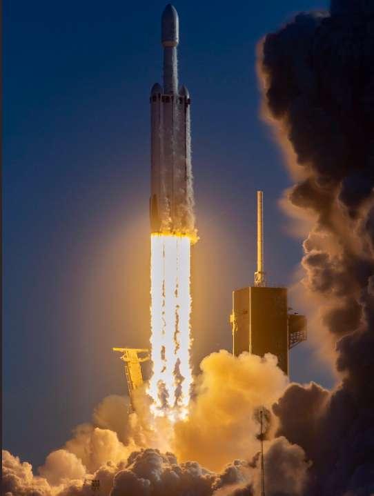 Les flammes aveuglantes du lanceur le plus lourd du monde à son décollage. © SpaceX