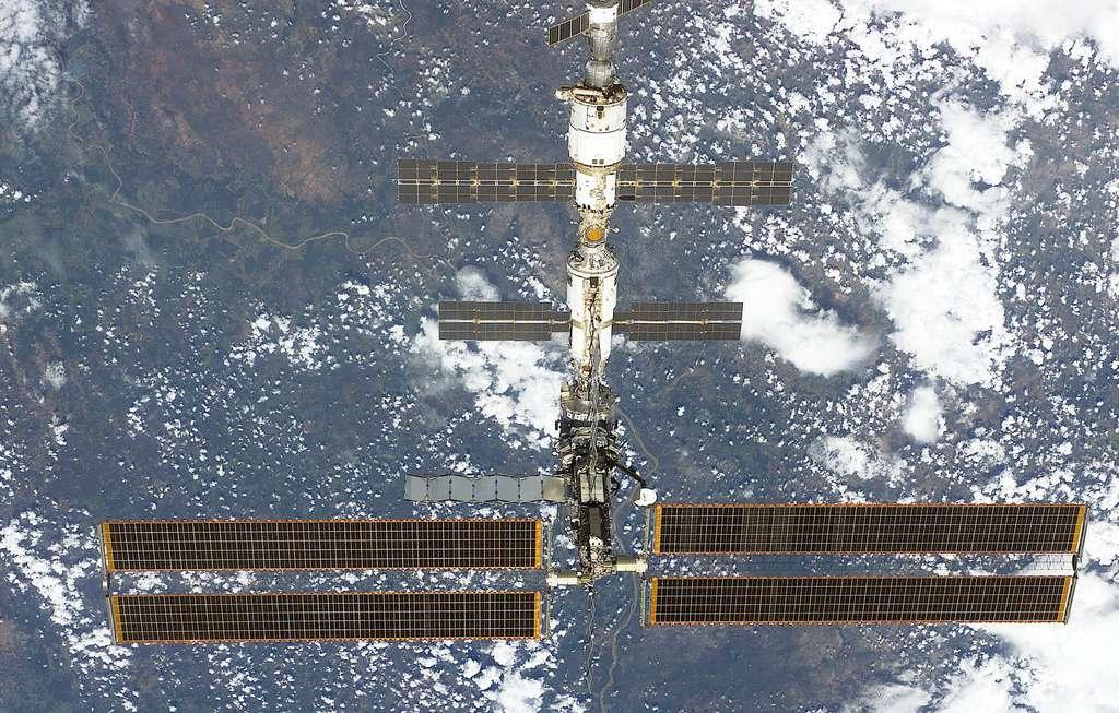 Février 2001, Atlantis s'éloigne de l'ISS à la fin de sa mission
