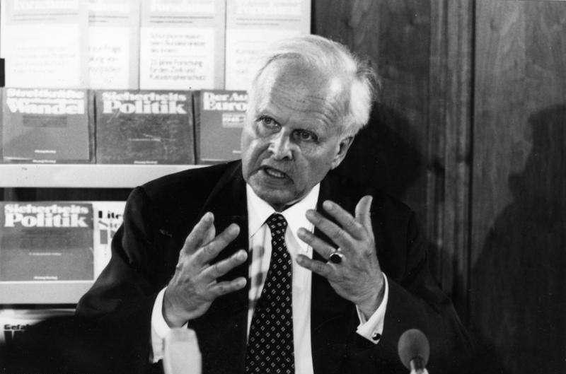 Fils de l'ambassadeur d'Allemagne Ernst von Weizsäcker, et frère du président allemand (1984 1994), Richard von Weizsäcker, Carl Friedrich était le jeune protégé de Werner Heisenberg et Niels Bohr lorsqu'il commença des études de physique, mathématique et astronomie en 1929. Passionné toute sa vie par la philosophie, dont il fut professeur de 1957 à 1959 à l'université de Hambourg, il n'en était pas moins un physicien accompli. © Bundesarchiv, B 422 Bild-0174, CC by-sa 3.0