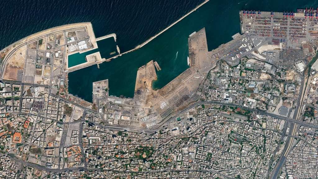 Explosion dans le port de Beyrouth. Les images satellites ont aidé à mieux comprendre l'origine de cette explosion massive qui s'est produite dans le port de Beyrouth et à montrer l'étendue des dégâts (août 2020). © 2020 Planet Labs, Inc.