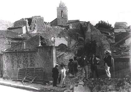 Figure 9 - Destruction d'un village provençal lors du séisme de Lambesc en Juin 1909 (Magnitude 6, Intensité VIII-IX) (© photo d'archive CEREGE)