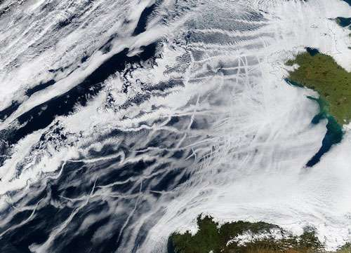 Sur cette image du proche Atlantique, on repère de nombreux panaches de navires. Ces panaches se forment comme les traînées de condensation des avions, c'est-à-dire quand la vapeur d'eau condense autour des particules émises à la sortie des moteurs ou des cheminées d'évacuation. Ces particules sont alors appelées « noyaux de condensation ». Dans le cas présent, il s'agit d'aérosols primaires, c'est-à-dire non transformés, l'agrégation de molécules gazeuses (la nucléation) permet la formation d'aérosols dits secondaires, généralement beaucoup plus petits. Image acquise par Modis (Moderate Resolution Imaging Spectroradiometer) à bord du satellite météorologique Aqua le 27 janvier 2003. © Nasa