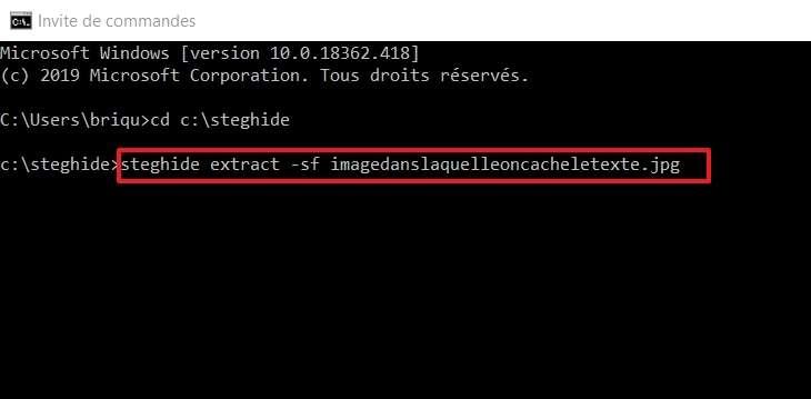 Cette ligne de commande permet de récupérer le fichier dissimulé. © Microsoft