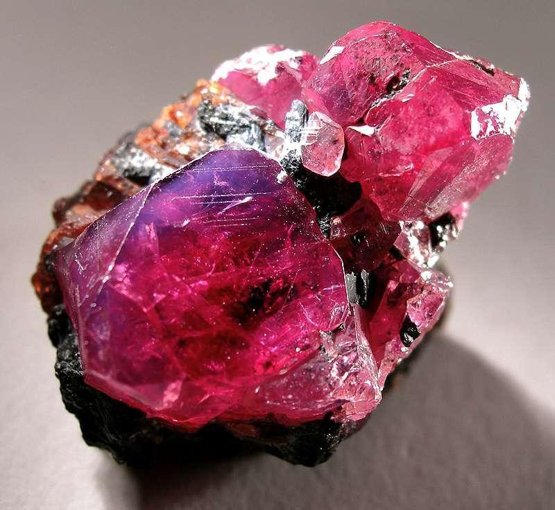 L'identification des minéraux se base notamment sur l'observation et l'étude des propriétés chimiques. La belle couleur rouge du rubis est attribuée à la présence d'oxydes de chrome dans les minéraux. Avec une dureté de 9 sur l'échelle de Mohs, seuls le diamant, la lonsdaléite et la moissanite ont une dureté supérieure parmi les minéraux. © Rob Lavinsky, Wikimedia Commons, CC by-sa 3.0