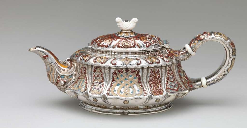 Pot à thé en argent, émail et ivoire (États-Unis). © Metmusuem, Wikimedia commons, DP