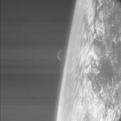Photo prise par la sonde Rosetta lors de son survol de la Terre le 4 Mars 2005 (crédit : ESA) Voir toutes les images prises par la sonde
