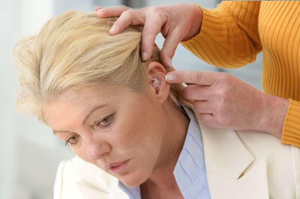 Préréglages personnalisés, discrétion, confort, performance, les aides auditives sont de plus en plus perfectionnées. © JPC-PROD, Fotolia