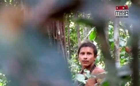 Capture d'écran d'une vidéo tournée en août 2018 par le collectif Midia India montrant un jeune membre d'une tribu isolée dans la forêt amazonienne. © HO, Midia India, AFP