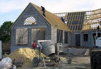 Structure en blocs de béton d'une maison en construction, crédits : construction-bienassis.com