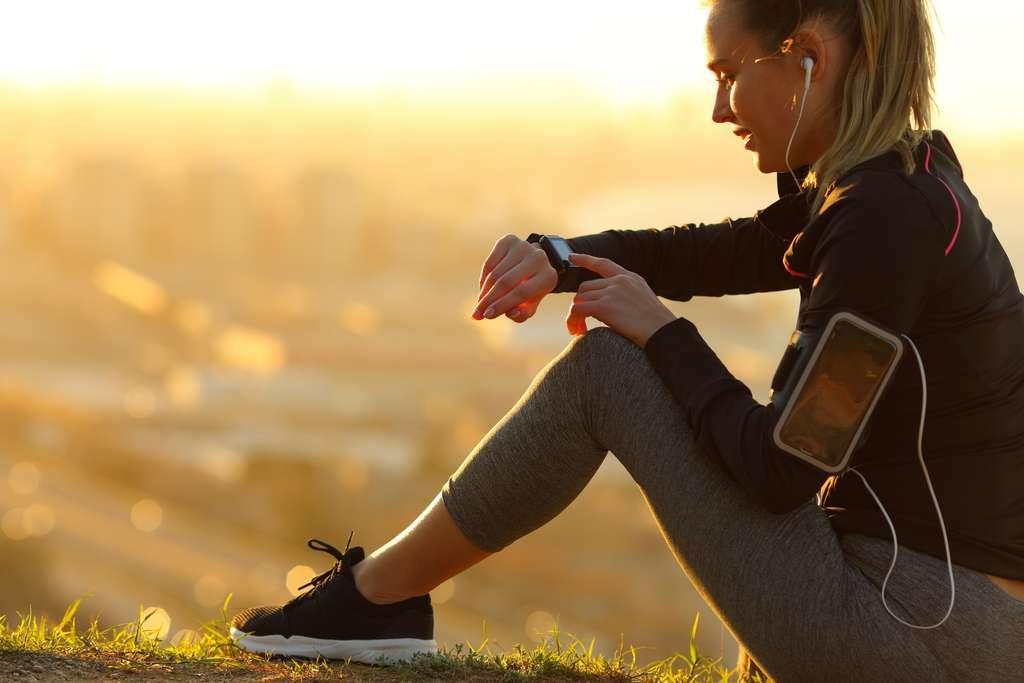Connecter la smartwatch à votre téléphone. © PheelingsMedia, Adobe Stock