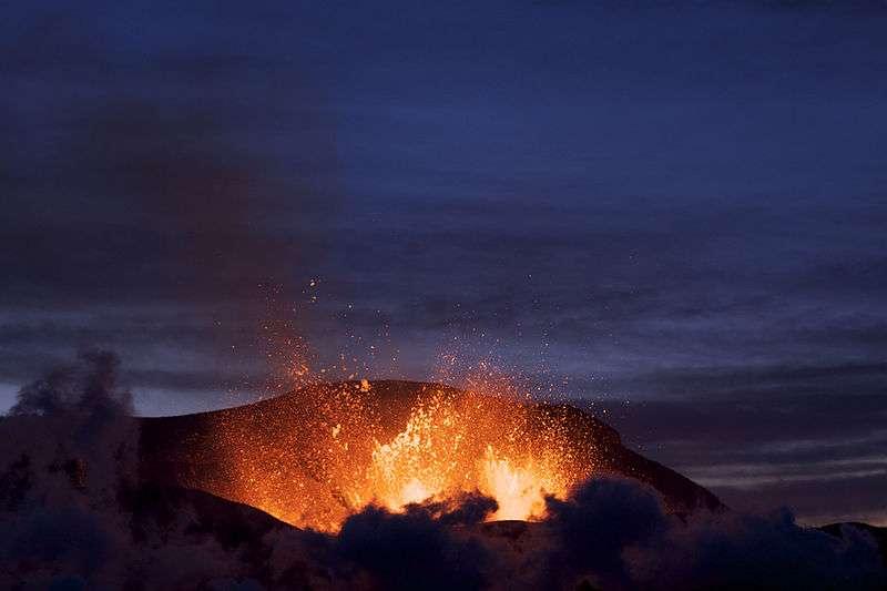 Éruption du volcan Eyjafjöll au niveau du col de Fimmvörðuháls