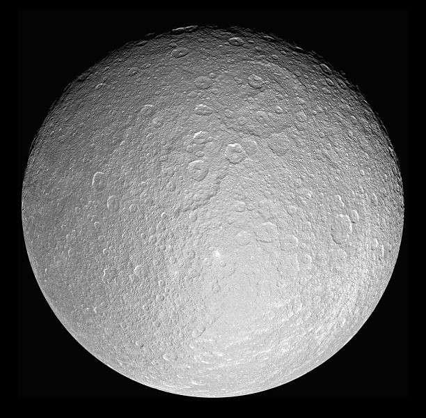 La surface cratérisée de Rhéa vue par la sonde Cassini. Crédit Nasa