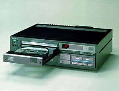 Une des toutes premières platines commercialisées, la Sony CDP-101. Crédit Sony.
