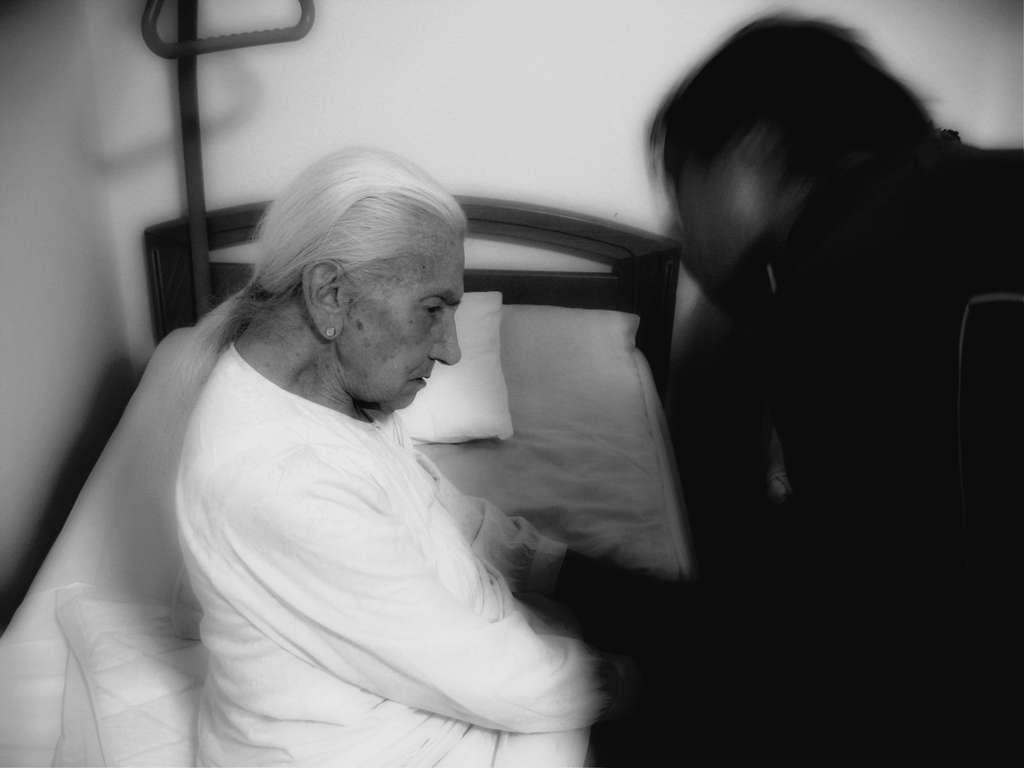 La maladie d'Alzheimer est une démence qui demande un accompagnement de tous les instants dans ses stades les plus avancés. Elle est très difficile à vivre pour les proches. © Geralt, Pixabay, DP