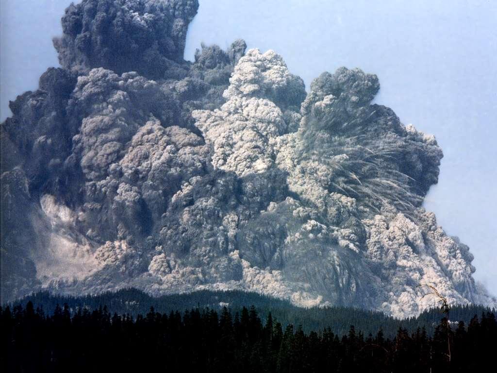 On voit ici l'une des plus célèbres éruptions du siècle dernier. Le panache de cendre du mont Saint Helens, aux États-Unis, s'est élevé en moins de 10 minutes jusqu'à une altitude de 19 km, introduisant des éjectas dans la stratosphère pendant 10 heures. © universetoday.com