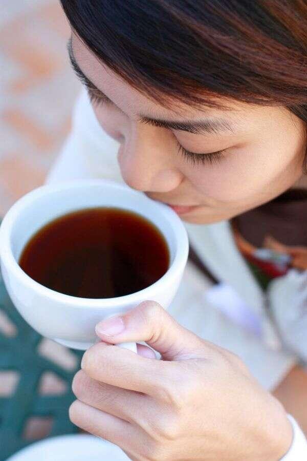 Le café, c'est meilleur quand c'est chaud... mais on risque aussi davantage de se brûler. Alors si l'on n'a pas su prévenir les brûlures, on pourra guérir avec des bandelettes anesthésiantes. © maska, shutterstock.com