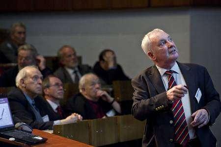 Cliquer pour agrandir. De gauche à droite derrière Lyn Evans au premier plan les prix Nobel Jerome Friedman, Gerardus 't Hooft et Burton Richter. Crédit : Cern-Jean-Claude Gadmer