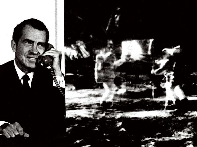 Le président des États-Unis Richard Nixon au téléphone depuis la Maison Blanche félicite les astronautes de la mission Apollo 11, le 21 juillet 1969. © Nasa, AFP archives