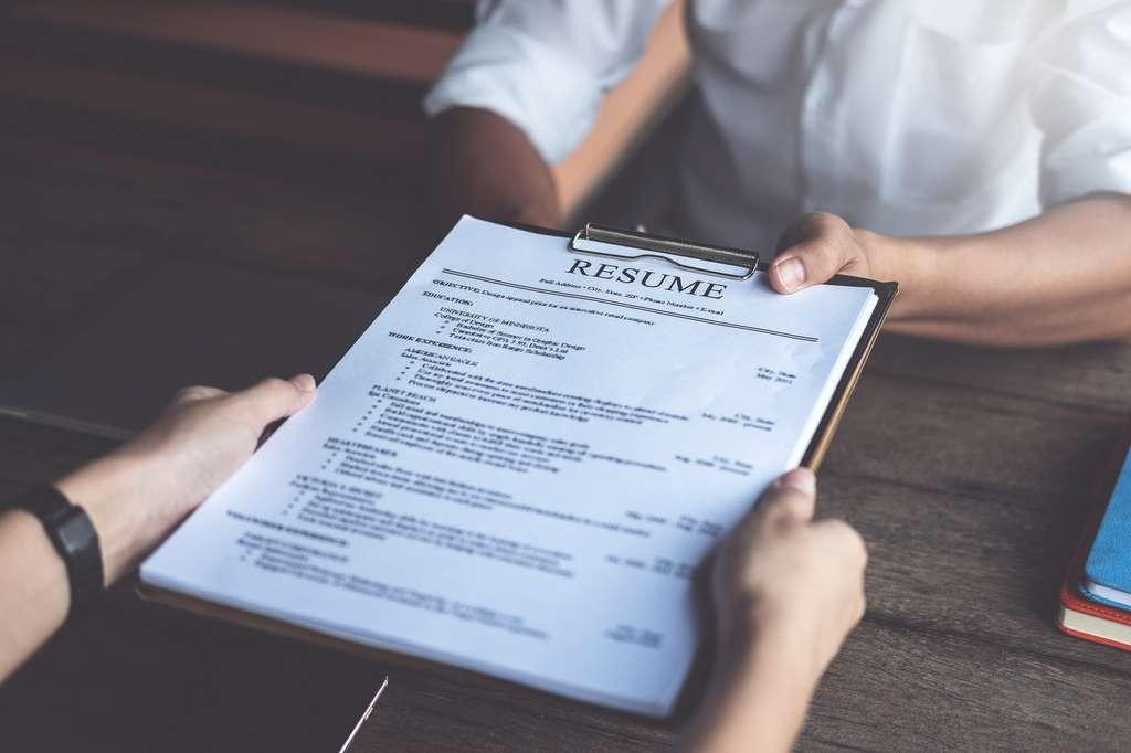 Ne faire que répéter son CV et sa lettre de motivation, une règle de base à éviter. © Jakkapant, Fotolia