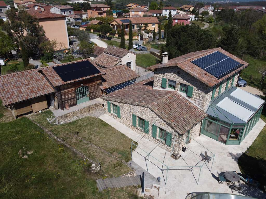 La performance d'une installation photovoltaïque dépend de l'orientation des panneaux, de leur inclinaison (entre 30 et 45°) et de la situation géographique de la maison. © Solarcoop
